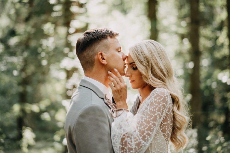 vestuvės wedding fotosesija photoshoot nuotaka bride groom jaunikis fotografas photographer miškas forest suknelė dress
