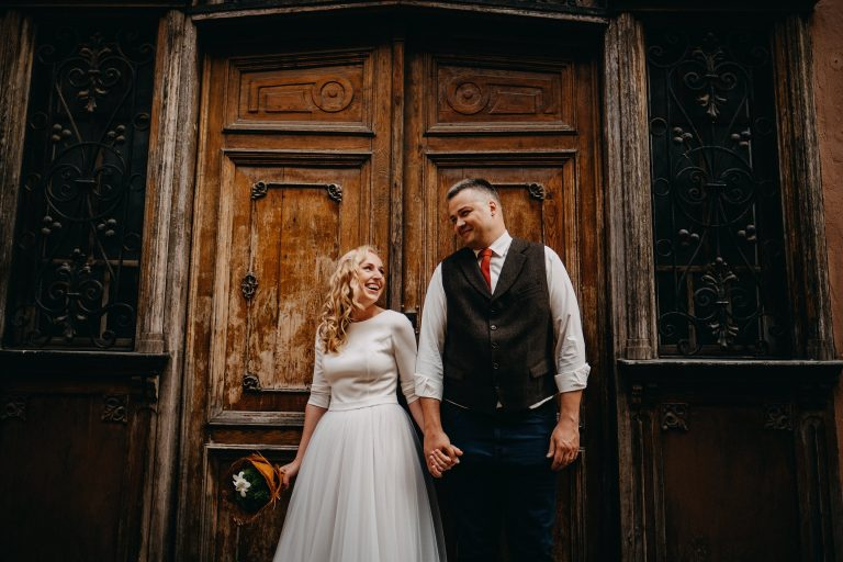 senos durys fotosesija jaunieji liemenė fotografas Vilnius vestuvės nuotaka suknelė šukuosena makiažas make up Martynas Musteikis