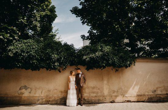 vestuvės vilnius miestas senamiestis vijokliai žaluma suknelė boho rustic fashion kostiumas dangus fotografas fotosesija