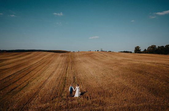 pieva laukas dangus miškai dronas aero fotosesija fotografas vestuvės vestuvių rugių laukas suknelė kostiumas puokštė šiltos spalvos boho rustic