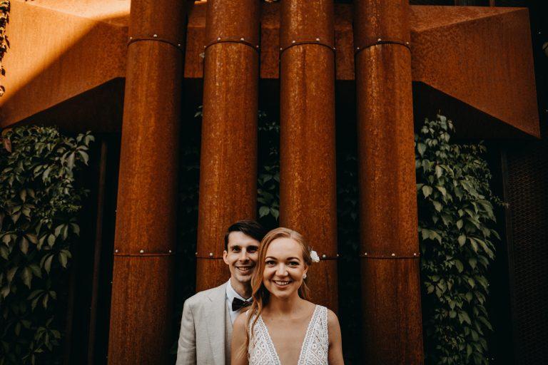 urban industrinė industrial miestas fotosesija jaunieji vestuvės paupys triubos pipes rudys rust šypsenos šltos nuotraukos vijokliai lapai boho rustic suknelė kostiumas varlytė Vilnius